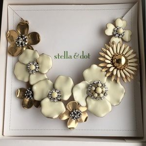 Stella & Dot bloom necklace like new